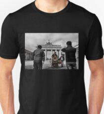 Brandenburg Gate, Street music in berlin T-Shirt