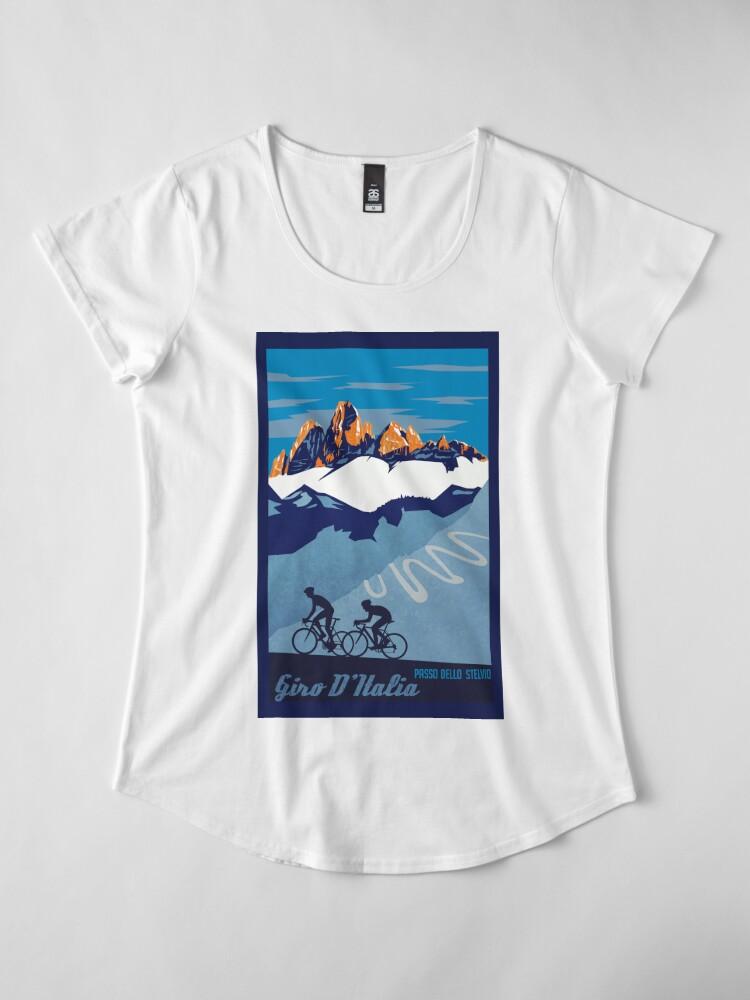 Vista alternativa de Camiseta premium para mujer Giro D 'Italia Retro Passo Dello Stelvio Cartel de ciclismo