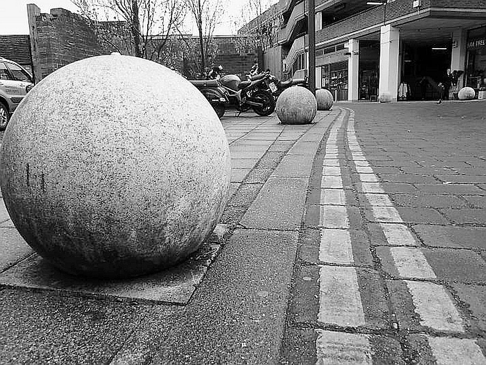 Line of Balls by hallix