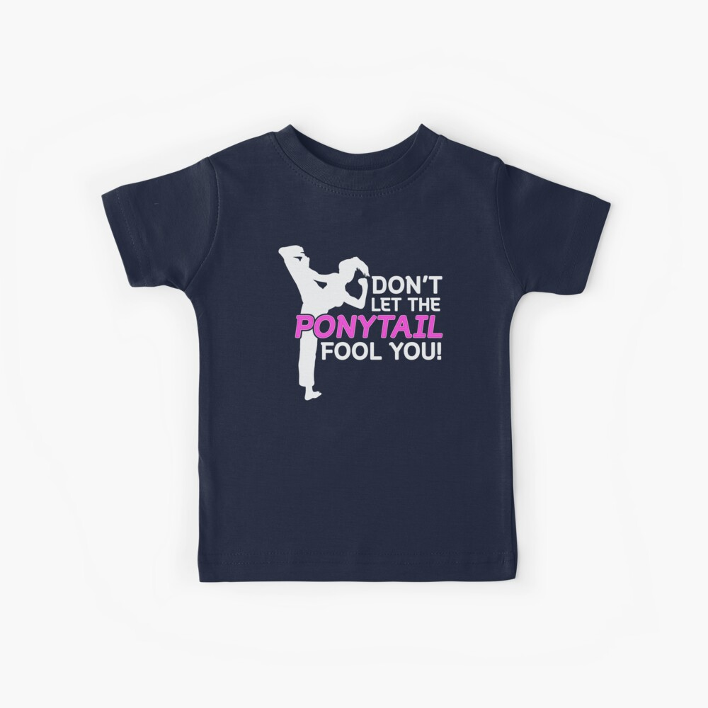 Karate Girls Lassen Sie sich nicht vom Pferdeschwanz täuschen Kinder T-Shirt