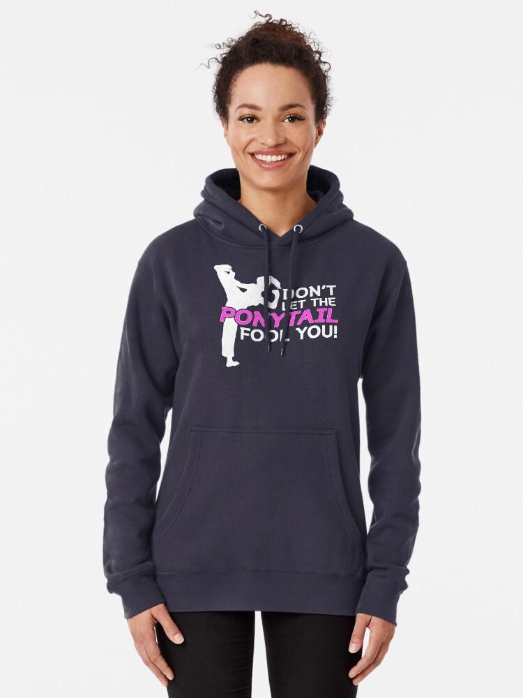 Alternative Ansicht von Karate Girls Lassen Sie sich nicht vom Pferdeschwanz täuschen Hoodie