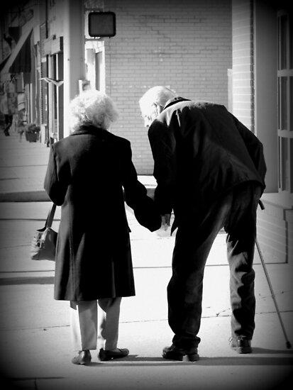Still In Love Pareja De Ancianos Tomados De La Mano Madison