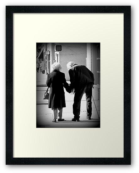 Láminas Enmarcadas Still In Love Pareja De Ancianos Tomados De La
