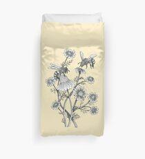 Bienen und Kamille auf Honig Hintergrund Bettbezug