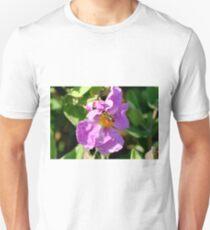 abeja y flor  T-Shirt