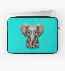 Nettes Baby-Elefant-Kalb mit Lesebrille auf Blau Laptoptasche