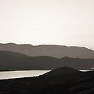«Montañas y un lago» de by-jwp