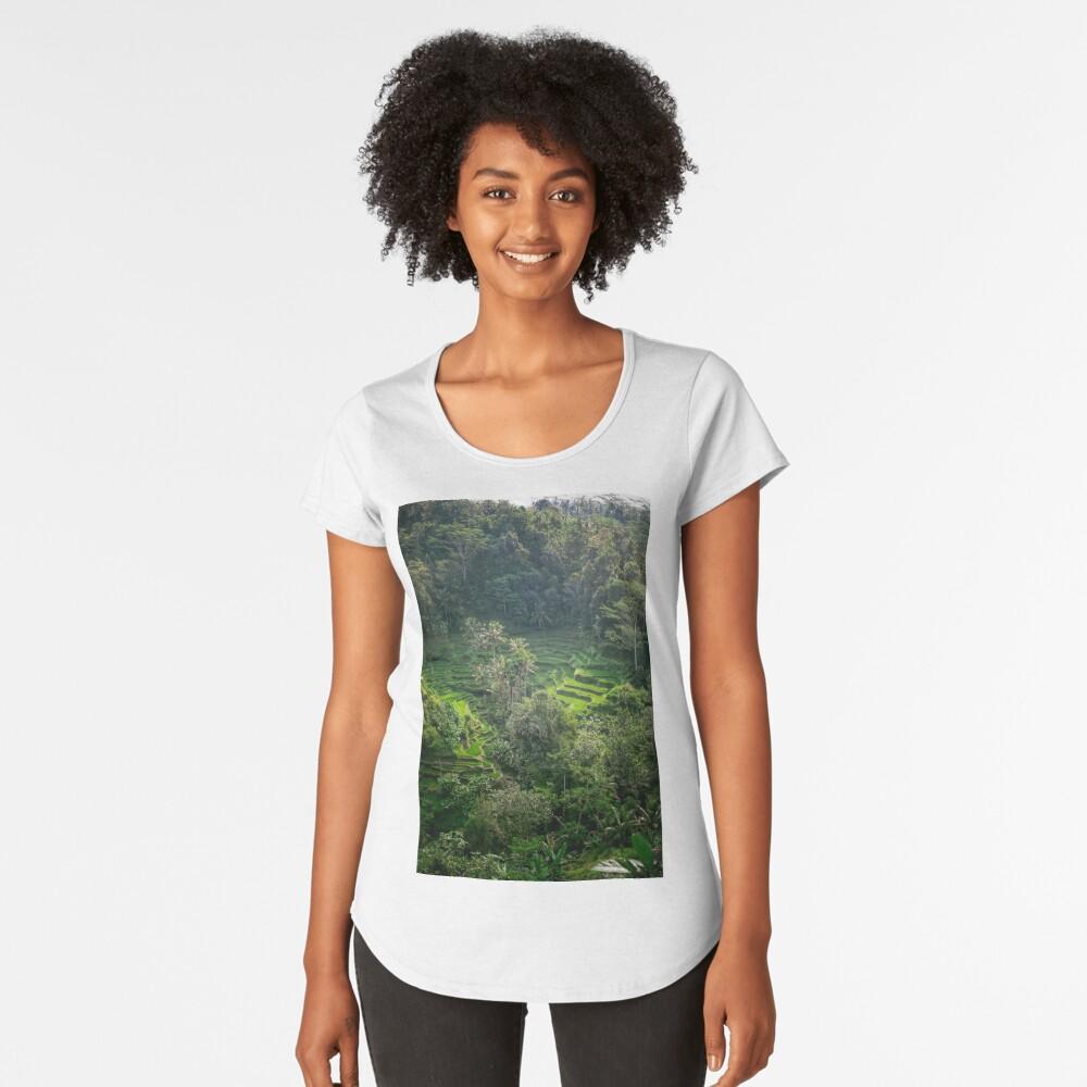 Terraza de arroz de Bali Camiseta premium de cuello ancho