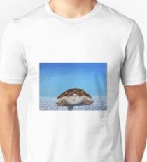 Schildkröte in einem einsamen Ozean T-Shirt