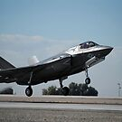 Ein US Marine Corps F-35B Flugzeug kommt zur Landung. von StocktrekImages