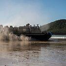 Ein Landungsluftkissen durchquert Shoalwater Bay, Australien. von StocktrekImages