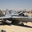 Eine Reihe von US Marine Corps F-18 Hornets warten nach der Flugwartung. von StocktrekImages