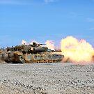 M1A1 Abrams feuert ihre 120mm Glattrohrkanone ab. von StocktrekImages
