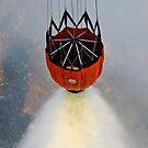Wassertropfen werden mit Bambi Buckets verwendet, um die Waldbrände in Kalifornien zu unterstützen. von StocktrekImages