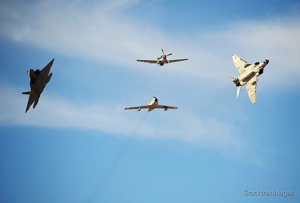 Ein F-22 Raptor, F-86 Säbel, P-51 Mustang und F-4 Phantom in einem Heritage-Flug. von StocktrekImages