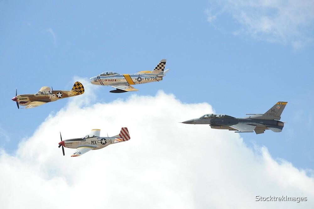 Militärflugzeuge fliegen in Formation während eines Heritage Flights. von StocktrekImages
