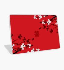 Weiße orientalische Kirschblüten auf rotem und chinesischem Hochzeits-doppeltem Glück | Japanische Sakura Laptop Folie