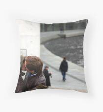 Der Kuss Throw Pillow