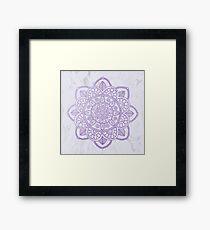 Lavendel Mandala auf weißem Marmor Gerahmter Kunstdruck