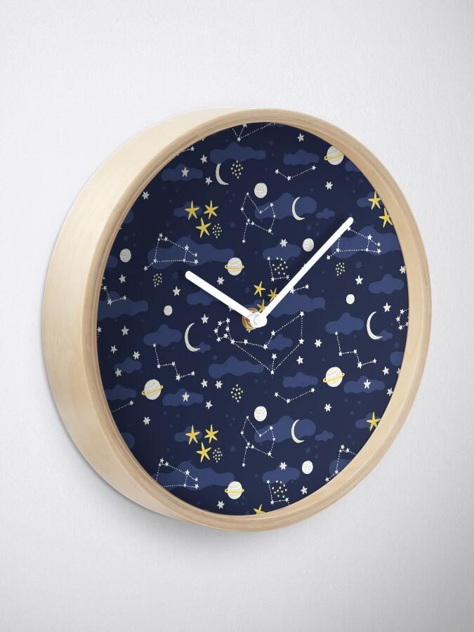 Alternative Ansicht von Kosmos, Mond und Sterne. Astronomie-Muster Uhr