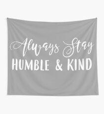 Bleib immer bescheiden und freundlich Wandbehang