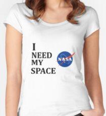 Camiseta entallada de cuello redondo I NEED MY SPACE