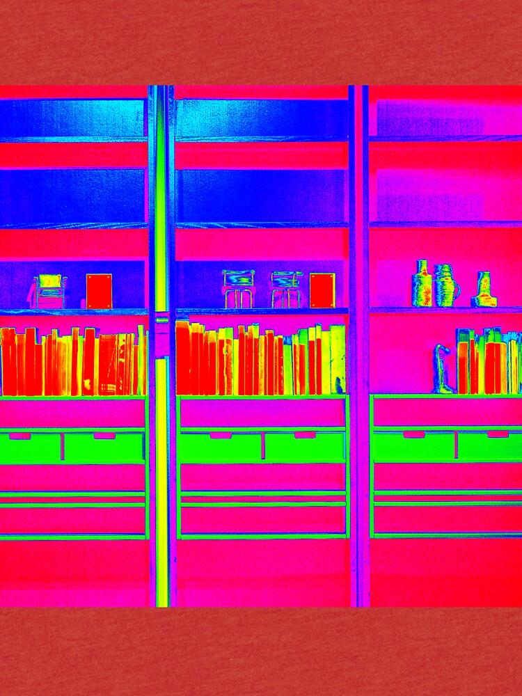Zeitgenössisches Bücherregal mit Büchern und Verzierungen von essentialimage