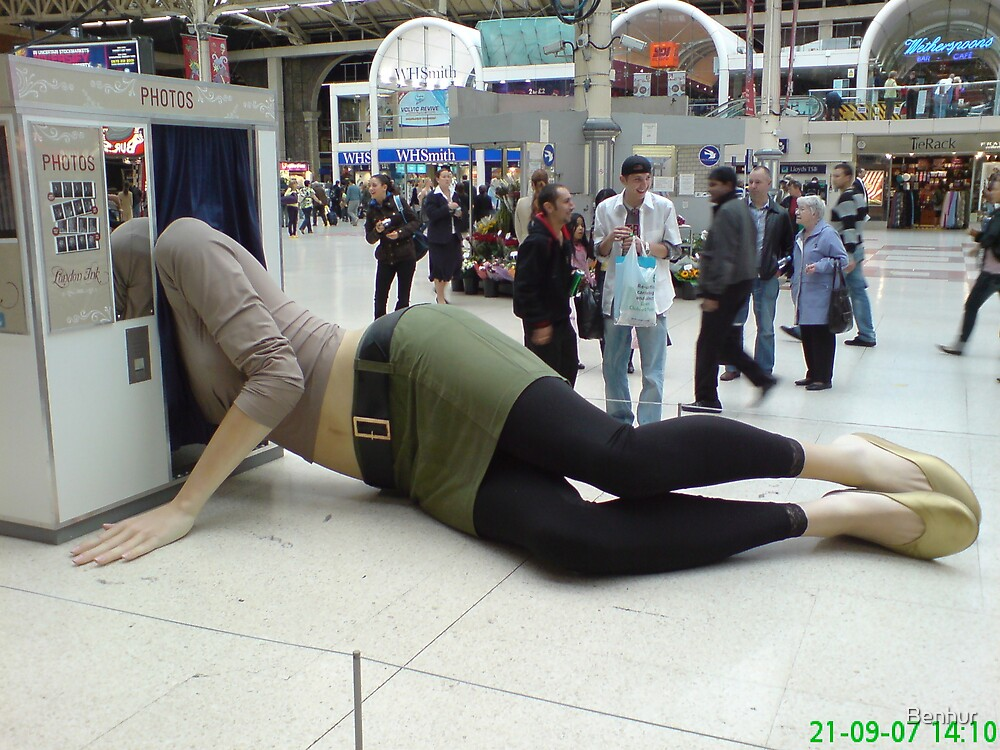 Tallest women in the world stuggling to take her photo by Benhur