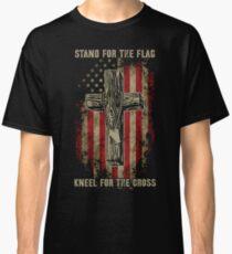 Camiseta clásica Defiende la bandera. Arrodillarse para la cruz