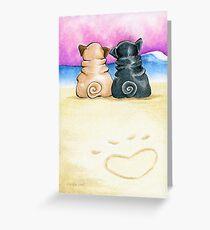 Möpse in Liebe am Strand Grußkarte