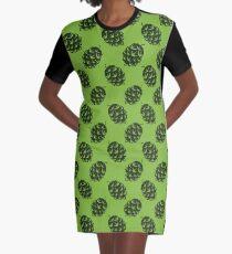 Nahtloses Muster mit grünen Bierhopfen T-Shirt Kleid