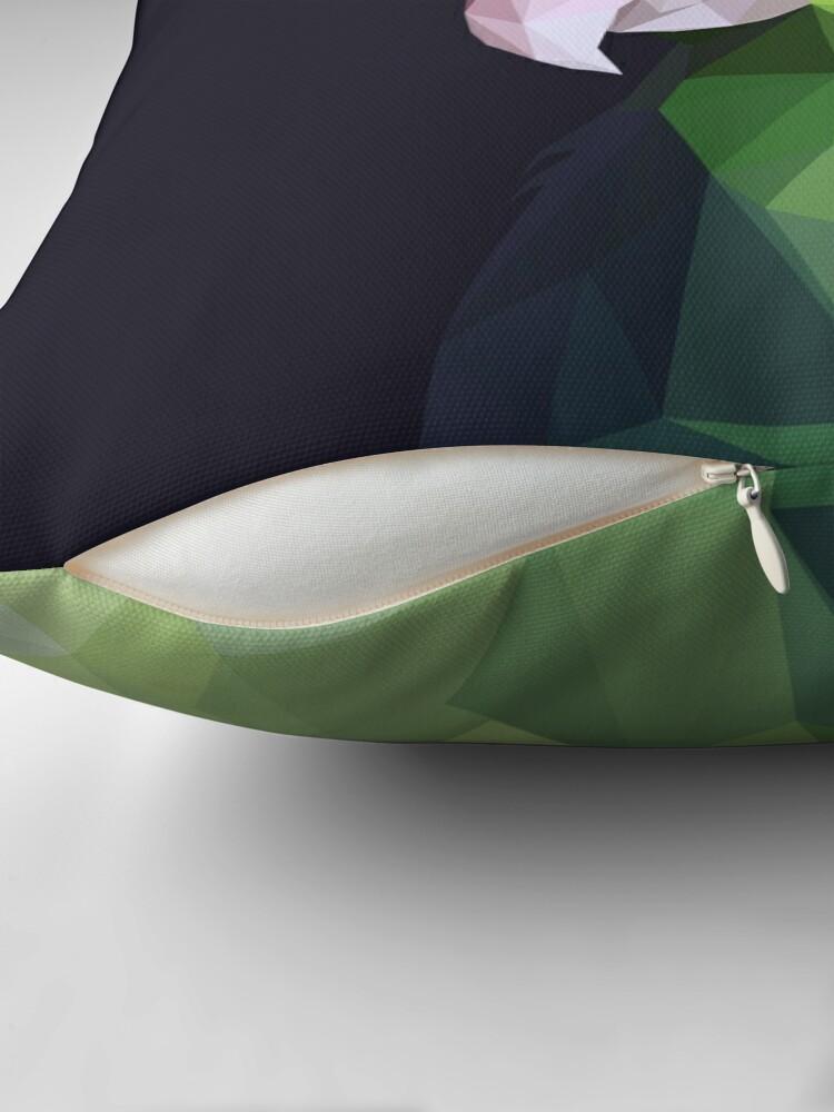 Alternative Ansicht von Lowpoly grünes Parrolet (dunkler Hintergrund) Dekokissen