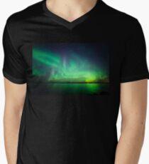 Nordlichter über See T-Shirt mit V-Ausschnitt