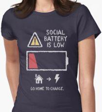 Niedrige soziale Batterie Tailliertes T-Shirt