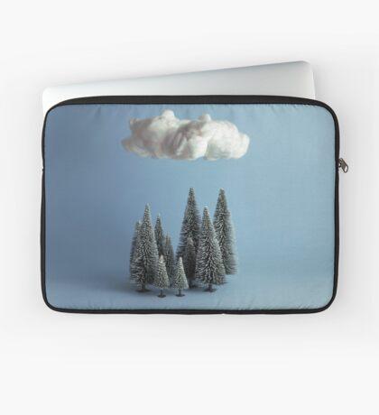 Eine Wolke über dem Wald Laptoptasche