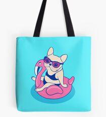 Frenchie genießt Sommer auf Flamingo Pool Float im Schwimmbad Tasche