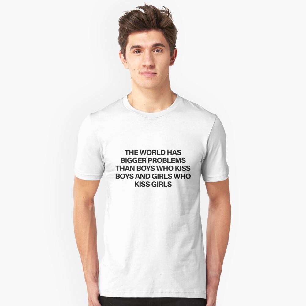 Die Welt hat größere Probleme als Jungen, die Jungen und Mädchen küssen, die Mädchen küssen Slim Fit T-Shirt