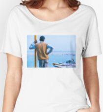 Watching Varanasi River Camiseta ancha para mujer