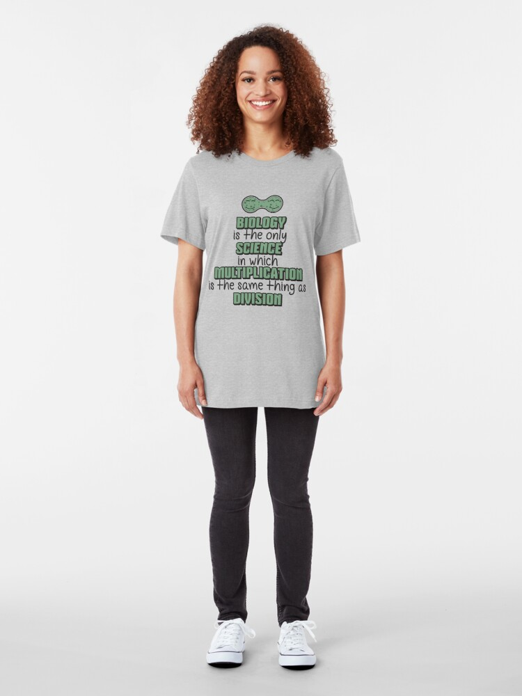 Alternative Ansicht von Biology ➢ Multiplication = Division➢ Funny Science Slim Fit T-Shirt