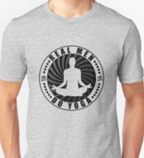 Echte Männer tun Yoga T-Shirt Design. Slim Fit T-Shirt