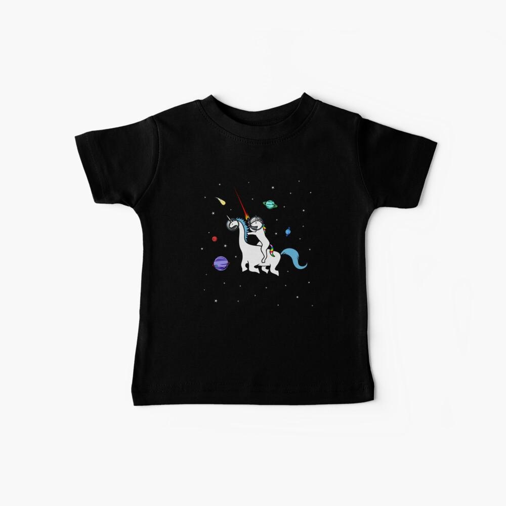 Unicornio montando Dinocorn en el espacio Camiseta para bebés