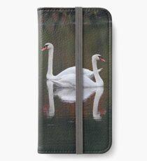 Höckerschwäne und Herbst Reflexionen iPhone Flip-Case/Hülle/Klebefolie
