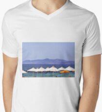 Parapluies blancs à la plage en Grèce T-shirt col V homme