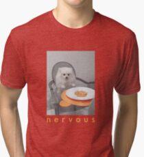 Camiseta de tejido mixto Cena nerviosa con perro blanco