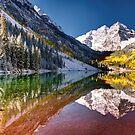 Olena Art Sunrise bei Maroon Bells See-Herbst Aspen Trees in den felsigen Bergen nahe Aspen Colorado von OLena  Art ❣️