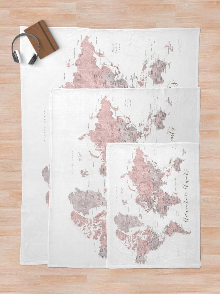 Alternative Ansicht von In staubigem Pink und Grau erwartet Sie ein Weltkartenabenteuer Fleecedecke