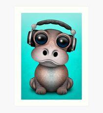 Nettes Baby-Flusspferd DJ, das Kopfhörer auf Blau trägt Kunstdruck