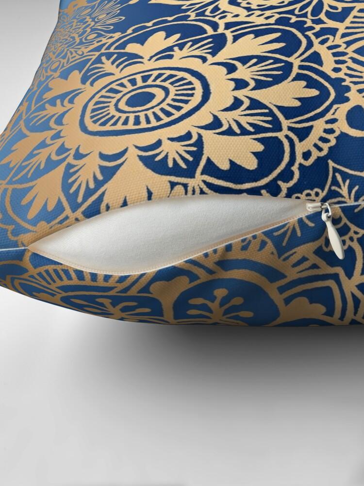 Alternative Ansicht von Blau und Goldmandala-Muster Dekokissen