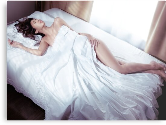 girl-nude-on-bed-sheets