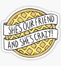 """Pegatina """"¡Es nuestra amiga y está loca!"""" / Cosas extrañas"""